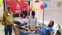 विश्व रक्तदाता दिवस पर फिरोजाबाद में आयोजित शिविर में रक्तदान करते लोग।