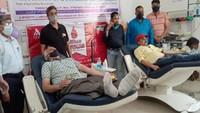 विश्व रक्तदाता दिवस पर कासगंज में आयोजित शिविर में रक्तदान करते लोग।