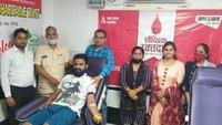 विश्व रक्तदाता दिवस पर रोहतक में आयोजित शिविर में रक्तदान करते लोग।