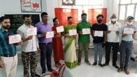 विश्व रक्तदाता दिवस पर मुरादाबाद में आयोजित शिविर में रक्तदान कर प्रशस्तिपत्र दिखाते महादानी।
