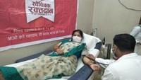 विश्व रक्तदाता दिवस पर मैनपुरी में आयोजित शिविर में रक्तदान करती महिला।