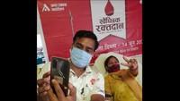 मेरठ में आयोजित शिविर में रक्तदान के दौरान सेल्फी लेते दंपति।