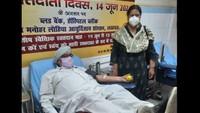 107वीं बार रक्तदान करते हरविंदर सिंह का उत्साह वर्धन करती डॉ राम मनोहर लोहिया आयुर्विज्ञान, लखनऊ की निदेशिका डॉ सोनिया नित्यानंद।