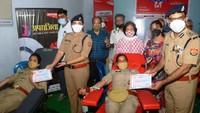 अमर उजाला कानपुर अपराजिता सेंटर में रक्तदान कर रहीं महिला पुलिस कर्मियों को प्रशस्ति पत्र देकर सम्मानित करते पुलिस कमिश्नर असीम अरूण व डीसीपी साउथ रवीना त्यागी