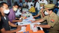 थैलेसीमिया से पीड़ित बच्चों की जिंदगी बचाने की मुहिम में स्वैच्छिक रक्तदान के लिए फॉर्म भरते हुए पुलिस कर्मी एवं अन्य