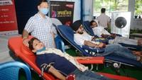 कानपुर में आयोजित शिविर में स्वैच्छिक रक्तदान करते युवा