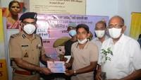 कानपुर में आयोजित शिविर में रक्तदान करने वाले युवा को प्रशस्ति पत्र देकर सम्मानित करते पुलिस कमिश्नर असीम अरूण