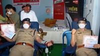 कानपुर में आयोजित शिविर में स्वैच्छिक रक्तदान करते पुलिस कर्मी