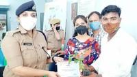 कानपुर में आयोजित शिविर में रक्तदान करने वाले युवा को प्रशस्ति पत्र एवं पौध देकर सम्मानित करते हुए डीसीपी साउथ रवीना त्यागी