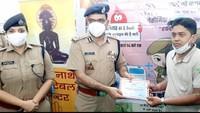 कानपुर में आयोजित शिविर में रक्तदान करने वाले युवा को प्रशस्ति पत्र देकर सम्मानित करते पुलिस कमिश्नर असीम अरूण एवं डीसीपी साउथ रवीना त्यागी