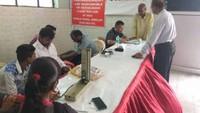 कानपुर के प्राची बंग भवन में आयोजित रक्तदान एवं स्वास्थ्य शिविर में स्वास्थ्य परीक्षण करते चिकित्सक।