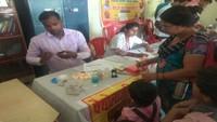 कानपुर के मॉडर्न पब्लिक स्कूल में आयोजित निःशुल्क स्वास्थ्य शिविर में जांच करते डॉक्टरl