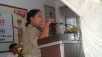 बलिया के नागाजी विद्यालय में आयोजित पुलिस की पाठशाला को संबोधित करती एसपी श्रीपर्णा गांगुली।