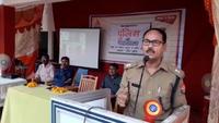 भदोही (ज्ञानपुर) के सेंट थॉमस स्कूल में आयोजित पुलिस की पाठशाला को संबोधित करते एएसपी डॉ. संजय कुमार।