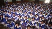 इलाहाबाद के आर्य कन्या इंटर कॉलेज में आयोजित पुलिस की पाठशाला में छात्राओं को संबोधित करती सीओ मोनिका चड्ढा।