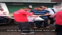 हल्द्वानी में पर्यावरण जागरूकता अभियान के तहत लोगों को कपड़े के थैले बांटे गए।