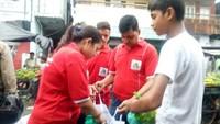 हल्द्वानी के मंगल पड़ाव में गो क्लीन-गो ग्रीन संस्था की ओर से सब्जी खरीदने आए लोगों को कपड़े के थैले बांटे गए।