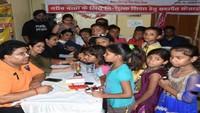 कानपुर केगुमटी नंबर- 5 में आयोजित स्वास्थ्य शिविर में स्वास्थ्य परीक्षण करते चिकित्सक।