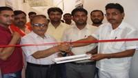 गाजीपुर के जिला अस्पताल में आयोजित रक्तदान शिविर का उद्घाटन करते जिला अस्पताल के सीएमएस डॉ. एसएन प्रसाद।