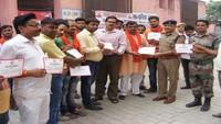 गाजीपुर के जिला अस्पताल में आयोजित रक्तदान शिविर में रक्तदाताओं को प्रमाणपत्र देते एसपी ग्रामीण चन्द्रप्रकाश शुक्ला।