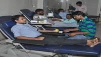 आगरा के एसएन मेडिकल कॉलेज में आयोजित रक्तदान शिविर में रक्तदान करते लोग।