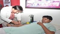 अमर उजाला कार्यालय, सिकंदरा, आगरा में आयोजित रक्तदान शिविर में रक्तदान करता युवक।