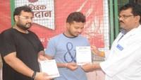 आगरा के जिला अस्पताल में आयोजित रक्तदान शिविर में रक्तदान करने वाले को प्रमाणपत्र देते शिवराज गौतम ।