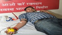 आगरा में आयोजित रक्तदान शिविर में रक्तदान करता युवा।