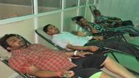 गाजियाबाद के स्प्रिंग फील्ड पब्लिक स्कूल में आयोजित रक्तदान शिविर में रक्तदान करते लोग।