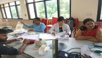 आईआईटी कानपुर में आयोजित रक्तदान शिविर में स्वास्थ्य परीक्षण करते स्वास्थ्य कर्मी।