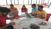 आईआईटी कानपुर में आयोजित रक्तदान शिविर में शस्ति-पत्र और डोनर कार्ड बनाते वालंटियर्स।
