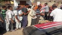 जम्मू में बार्डर पर गोलाबारी से प्रभावित लोग राहत सामग्री प्राप्त करते हुए।