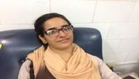 हल्द्वानी के सुशीला तिवारी अस्पताल में आयोजित रक्तदान शिविर में रक्तदान करती छात्रा।