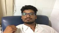 हल्द्वानी के सुशीला तिवारी अस्पताल में आयोजित रक्तदान शिविर में रक्तदान करता छात्र