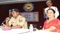 कानपुर के वीरेन्द्र स्वरुप एजुकेशन सेंटर में आयोजित पुलिस की पाठशाला को संबोधित करते हुए एसपी ट्रैफिक सुशील कुमार।