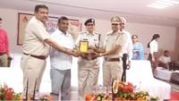 पानीपत के आर्या गर्ल्स पब्लिक स्कूल में आयोजित पुलिस की पाठशाला में पुलिस अधिकारियों को सम्मानित करते विद्यालय प्रबंधक।