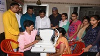 कानपुर के उदासीन समाधा आश्रम में आयोजित स्वास्थ्य शिविर में स्वास्थ्य परीक्षण करते चिकित्सक।