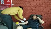 ग्रेटर नोएडा में आयोजित रक्तदान शिविर में रक्तदान करता युवा।