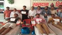 कानपुर के दामोदर नगर में आयोजित रक्तदान शिविर में रक्तदान करते लोग।