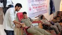सेलाकुई (देहरादून) में आयोजित रक्तदान शिविर में रक्तदान करते धनाध्यक्ष नरेश राठौर।