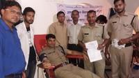 सेलाकुई (देहरादून) में आयोजित रक्तदान शिविर में रक्तदान करते पुलिसकर्मी।