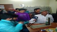 हल्द्वानी के बिन्दुखत्ता में आयोजित निःशुल्क स्वास्थ्य शिविर में स्वास्थ्य परीक्षण करते चिकित्सक।