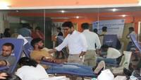 नोएडा में आयोजित रक्तदान शिविर में रक्तदान करते युवा।