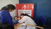 देहरादून में आयोजित निःशुल्क स्वास्थ्य शिविर में स्वास्थ्य परीक्षण करते चिकित्सक।