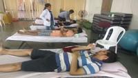 आई.आई.टी. कानपुर में आयोजित रक्तदान शिविर में रक्तदान करते लोग