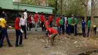 अमर उजाला फाउंडेशन और गो क्लीन गो ग्रीन संस्था के सफाई अभियान में सफाई करते लोग