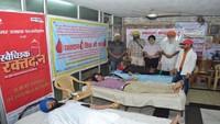 कानपुर के चौक गुरुद्वारे में आयोजित रक्तदान शिविर में रक्तदान करते लोग
