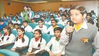 कानपुर के स्वराज इंडिया पब्लिक स्कूल में आयोजित पुलिस की पाठशाला में प्रश्न पूछता छात्र।