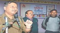 कानपुर के चित्रा इंटर कालेज में आयोजित पुलिस की पाठशाला को संबोधित करते डीआईजी नीलाब्जा चौधरी