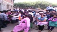 फीरोजाबाद के एक परीक्षा केंद्र के बाहर सूची में अपना नाम देखते छात्र।